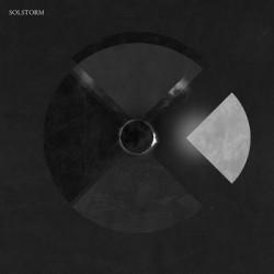 """Sludge, doom, stoner, post metal, noise, tutto questo è racchiuso nel raffinato esordio dei norvegesi Solstorm. Un autentico """"signor debutto"""" questo disco omonimo, un viaggio che saprà affascinare l'audace ascoltatore […]"""