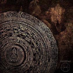 """Il concetto di split album viene oltrepassato e """"calpestato"""" dal binomio Abaton e Viscera/// in occasione del loro 7″ Diade(ms). Ci vengono sottoposte appena due canzoni, ma l'olezzo di evento […]"""